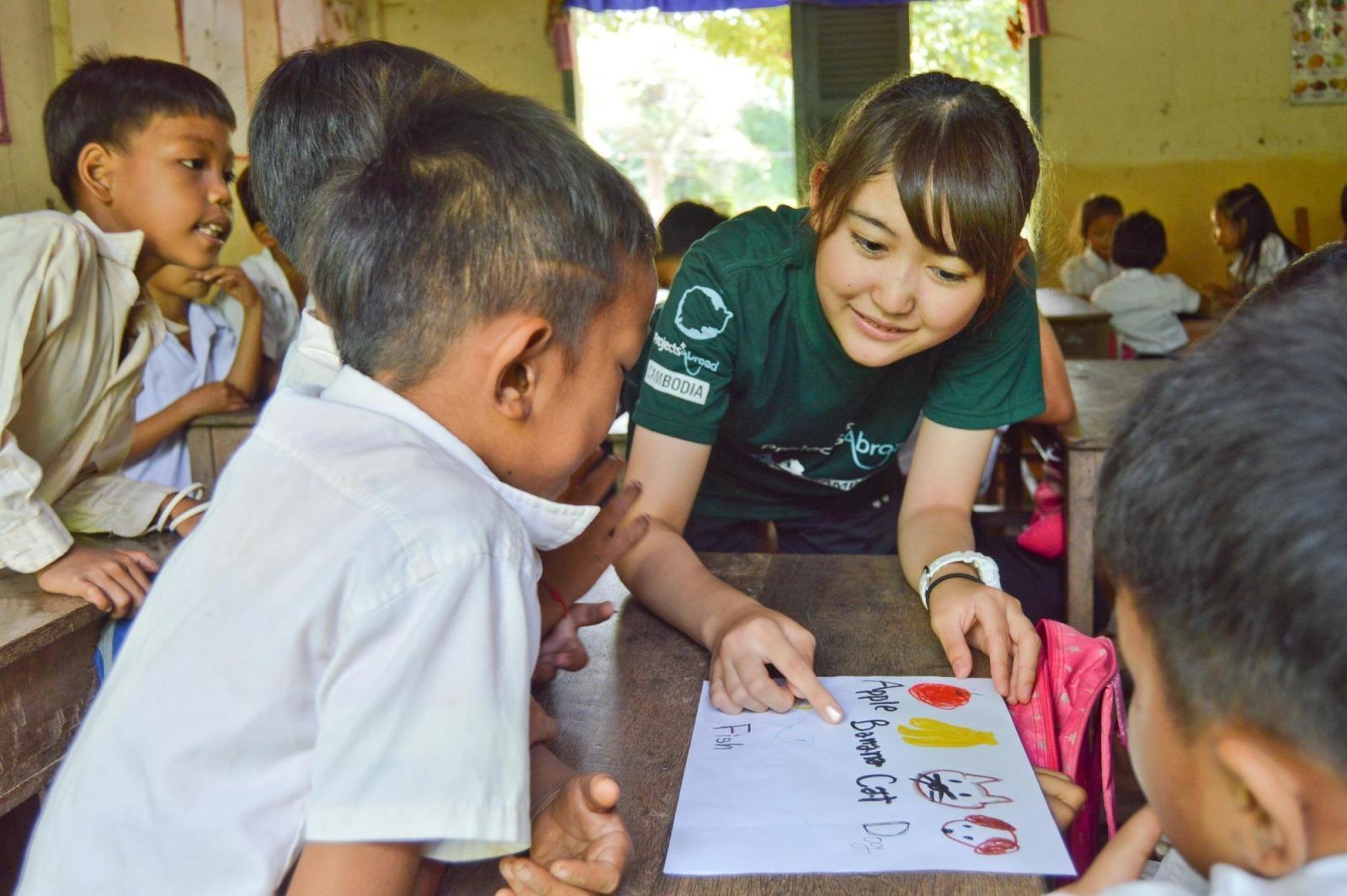 トビタテ奨学金を利用して、カンボジアの子供たちの学習の補助に取り組む高校生ボランティア